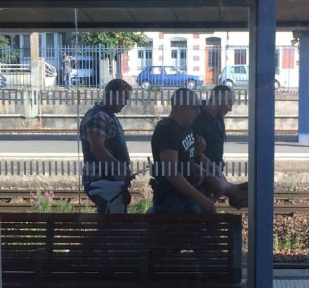 """法国阿拉斯车站,嫌犯就是这样被警察""""拎走""""的 图片来自@抄本本"""