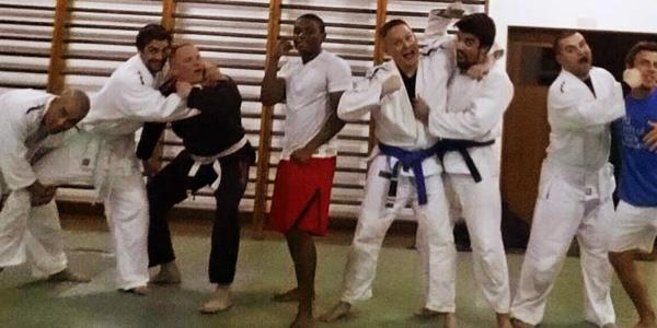斯宾塞和学武术的朋友们,左五为斯宾塞 图片来自其facebook