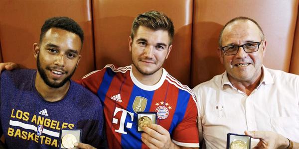 萨德勒、阿列克、克里斯在阿里斯市的一家餐馆里接受了市长为表彰他们英勇行为的奖章,斯宾塞因在医院救治未到场 图片来自推特