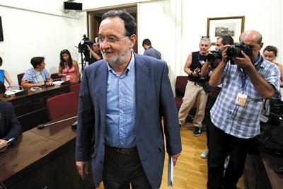当地时间8月21日,希腊雅典,希腊前环境和能源部长帕纳约蒂斯・拉法扎尼斯宣布组建新政党。图/CFP
