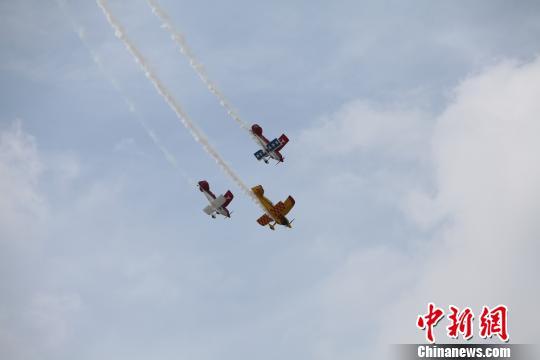 8月23日,第四届沈阳法库国际飞行大会上进行的飞行表演 沈殿成 摄