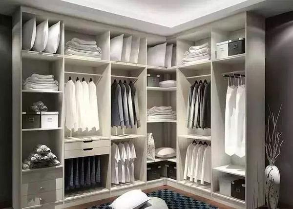 定制衣柜能将卧室的梁和柱很好的包容进去,通过这张衣柜效果图能简单
