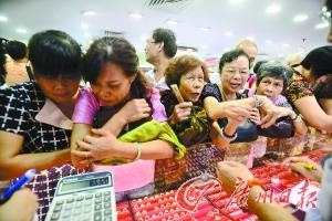 东山百货黄金专柜挤满了抢购黄金的市民。广州日报记者王燕 摄