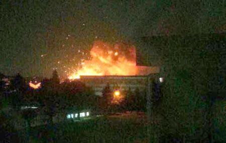 【环球网综合报道】据日本《东京新闻》8月24日报道,24日当地时间0:45分左右,位于日本神奈川县相模原市中央区的驻日美陆军相模综合补给仓库突然发生爆炸,整个仓库燃起大火。该市消防局接到报警电话迅速出动,附近居民也相继拨打119寻求救援。