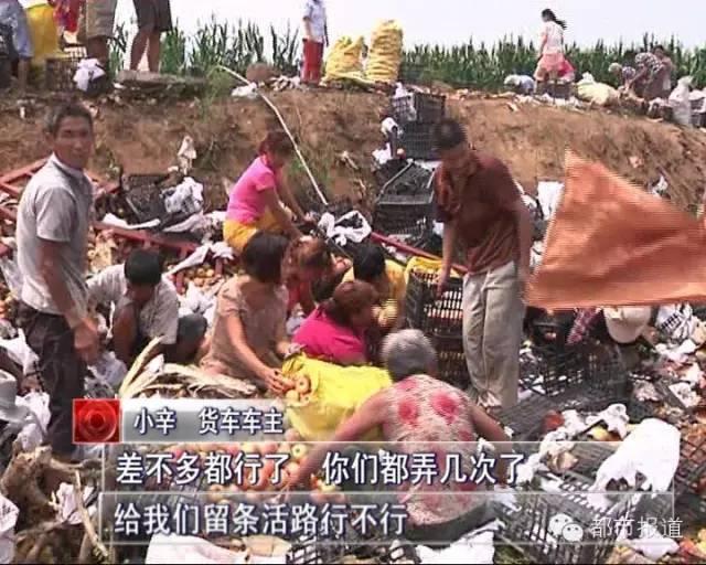 小辛和记者多次极力劝阻,但是没有明显效果,村民们只是暂时住手,接警赶来的民警只好采取强制措施。