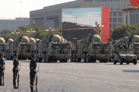 资料图:东风-21丙常规导弹方队通过天安门广场。