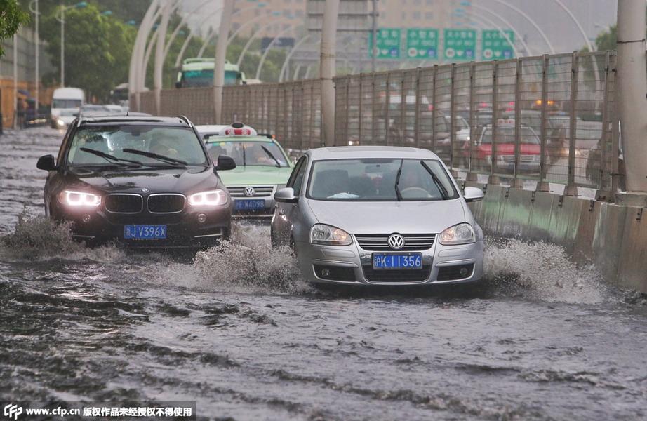 上海暴雨牌照_上海遭暴雨侵袭 多处路段积水严重(组图)