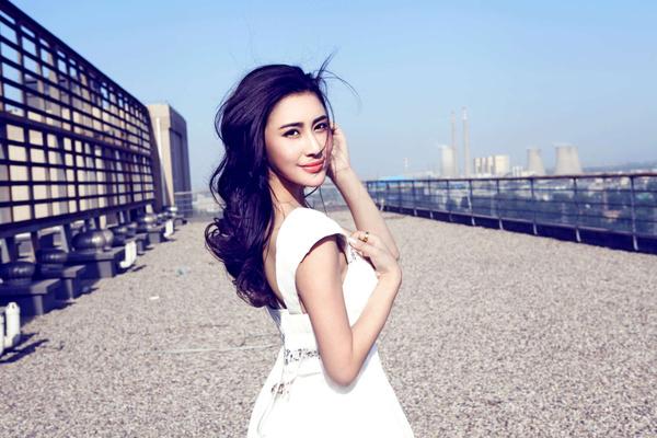 安金莉娅白裙写真 清新自然长发飞扬