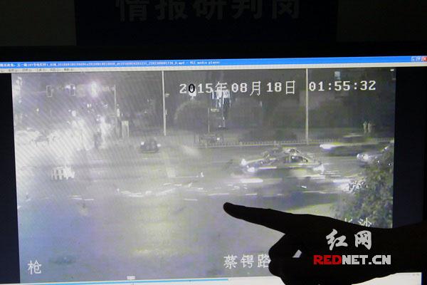(交警供给的视频中,模糊能看到事变发作时火花四溅。)