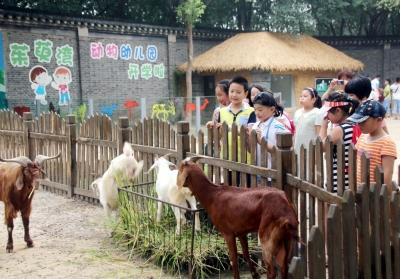 留守儿童走进动物园(图)