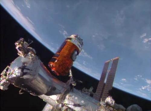 日本无人货运飞船完成与国际空间站对接。