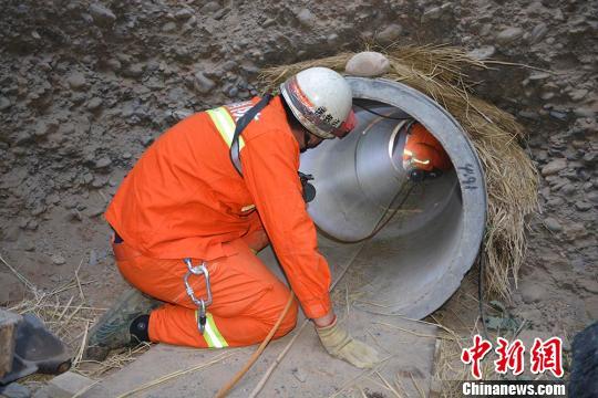 由于管道直径只有80厘米,空间狭小,只能容纳1名瘦小的战士将土方向后清理。 刘臣 摄