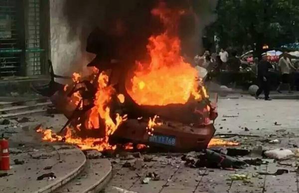 8月24日8点10分,南丹县新城区铜江路与民行路交叉口发生一起车辆燃烧爆炸事件。