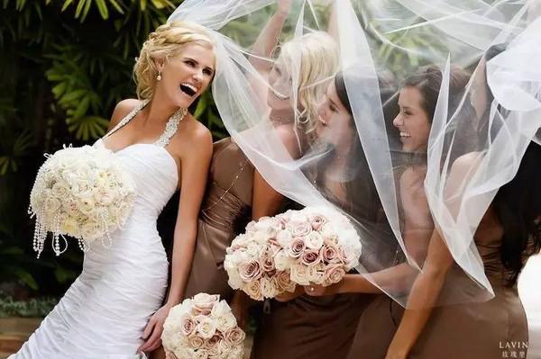 伴娘 顾名思义就是:陪伴新娘完成婚礼的女孩