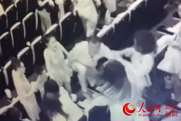 男子三亚影城打人(视频监控截图)