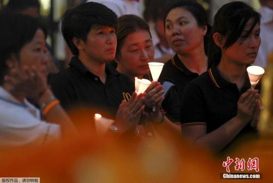 手持蜡烛的群众聚集在四面佛附近,为爆炸案的遇难者默哀。 视频:关注曼谷爆炸案:泰总理表示将尽快破案 来源:央视新闻