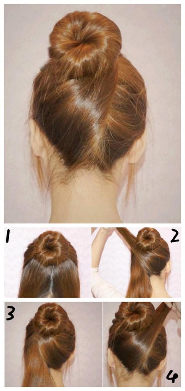 step 1 、先将头发分两部分,将头顶处的头发扎一个高花苞头,再将下部分的头发从中间分成两半。 step 2 、然后先将右边分好的发束往左边的方向绕,将右边的头发往左边提起,注意理顺一点。 step 3 、再将右边的发束从左边缠绕在花苞头的发根上。将发尾塞进橡皮圈内,固定好。 step 4 、最后再将这边的发束也按照同样的方法缠绕好,在后脑勺形成一个对折的盘花。 【3】优雅清爽丸子头