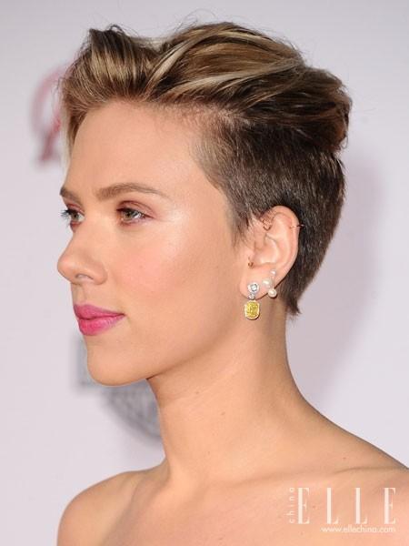 个性张扬的miley cyrus梳起湿发all back造型,发尾在耳后内弯,也颇有图片