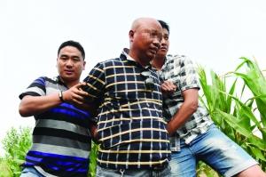 怀疑人王某被便衣民警捕获 特约记者 杨维斌 摄