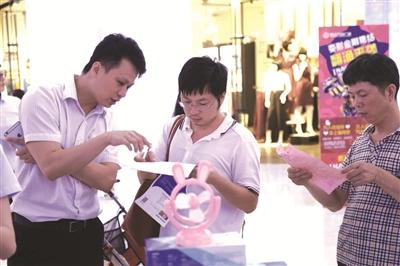 昨晚,由晋江市人民政府主办,晋江市金融工作办公室、中国人民银行晋江市支行、泉州银监分局晋江监管办事处、晋江银行业协会、晋江经济报社承办的2015晋江金融理财节启动仪式在华泰小区成功举办。作为年度的金融行业盛事,在小区的活动也吸引了众多居民前来参与。