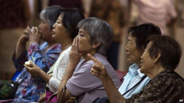 中国股民在北京一家证券行紧盯股市走向。(图片来源:美国之音电台网站)