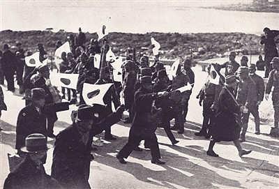 """日军占领青岛后,此前返国""""避难""""的日本侨民重新回到青岛。"""