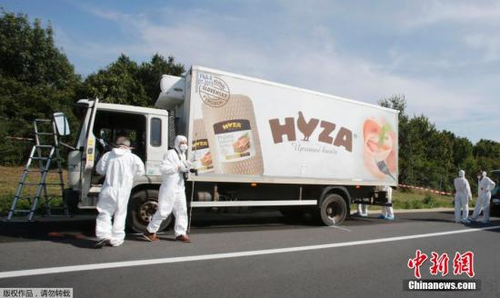 当地时间8月27日,在奥地利高速公路的一辆卡车里发现了数十具移民者的遗体。