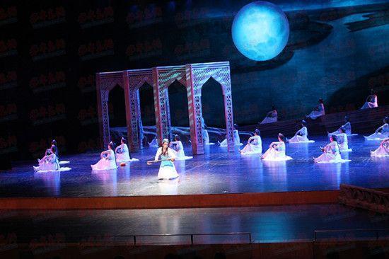 《疏勒之恋》由中国著名舞蹈艺术家、上海金星现代舞蹈团团长兼艺术总监金星担任艺术顾问,8月3日参加了由文化部主办的第四届中国新疆国际民族舞蹈节,成为全国唯一一支县级文工团参演队伍。该剧还成功申获2015年度国家艺术基金资助项目,同时,还将受邀参加第十五届相约北京艺术节和新疆成立60周年演出。   该剧上演后,以其浓郁的西域风采、独特的民族风格以及凄美的故事情节,得到了社会各界的广泛好评和一致认可,被誉为西域版的梁山伯与祝英台、中国版的罗密欧与朱丽叶,成为新疆民族文化的新坐标。   此外,演出前