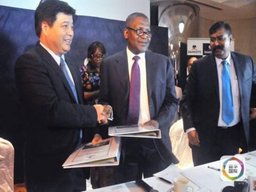 图为中材国际工程南京公司董事长沈军(左)与阿利科·丹戈特(右二)在签约仪式上。