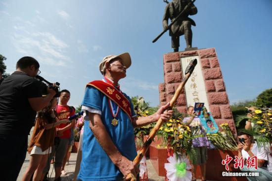 """四川98岁抗战老兵用拐杖还原""""拼刺刀杀鬼子""""。 张浪 摄"""