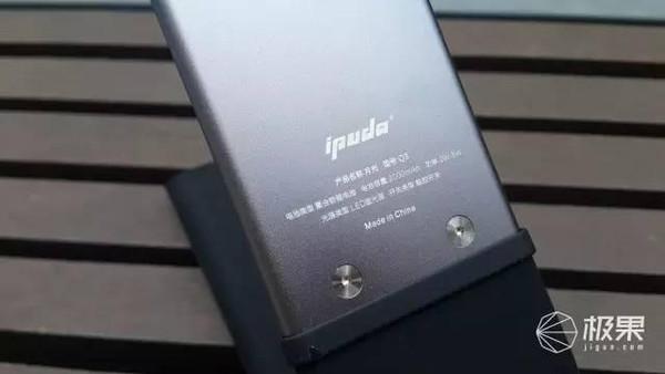 在使用内置可充电电池的设计之后,moonlight智能灯彻底摆脱了电源线的
