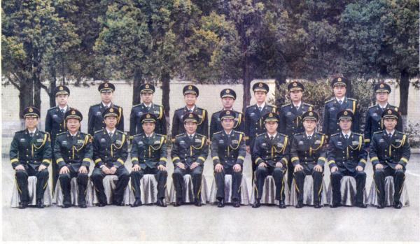 2015年1月7日上午,兰州军区举行晋升少将军衔仪式,图为军区领导与包括柳林在内的9名晋升少将军衔的军官合影。
