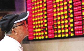 """中国金融期货交易所28日宣布两项措施,一是自2015年8月31日起,对沪深300、上证50、中证500股指期货客户在单个产品、单日开仓交易量超过100手的认定为""""日内开仓交易量较大""""的异常交易行为。二是自2015年8月31日结算时起,将沪深300、上证50、中证500股指期货各合约非套保持仓的交易保证金全部调整为合约价值的30%。"""