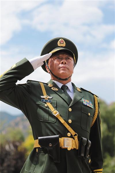 武警部队抗战英模部队方队领队、北京总队副司令员徐平少将. 新京报图片