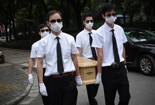 上海大妈为宠物狗办景色葬礼