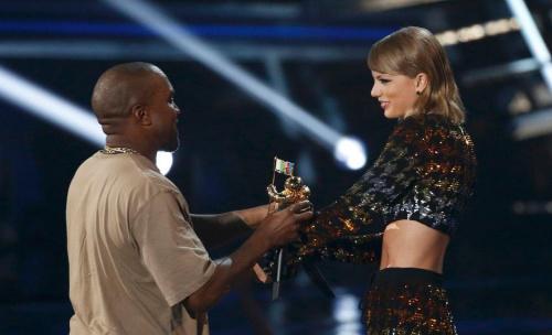当地时间8月30日,2015MTV音乐录影带大奖举行。坎耶·韦斯特与颁奖者泰勒·斯威夫特一笑泯恩仇。