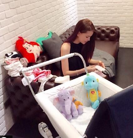小周周的婴儿车价格高达三万元