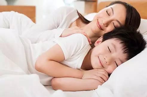 10岁男孩还同父母睡一张床,有些后果你绝对想不到【新妈课】