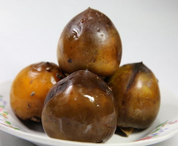 上等酒柿子皮肉呈桔黄色或深棕色,软硬适中,酒味浓郁醇正,色味俱佳,是