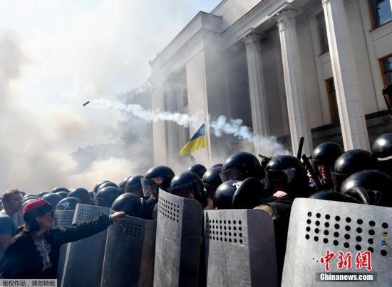 """当地时间2015年8月31日,乌克兰基辅,乌克兰民众在议会大厦外示威,抵制该国总统波罗申科提出的一项东部""""分权""""宪法修正案草案,与警方冲突。示威过程中,人群中扔出一枚炸弹,造成数名警察和国民警卫队人员受伤。"""