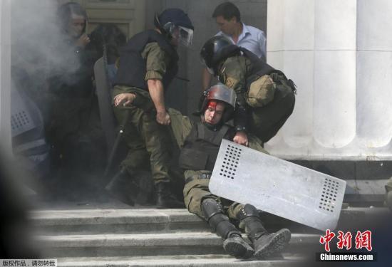 """当地时间2015年8月31日,乌克兰基辅,乌克兰民众在议会大厦外示威,抵制该国总统波罗申科提出的一项东部""""分权""""宪法修正案草案,与警方冲突。示威过程中,人群中扔出一枚炸弹,造成至少20人受伤。当地时间31日,乌克兰议会投票通过由波罗申科提出的一项宪法修正案草案。根据该法案,乌克兰东部将被赋予更多的自治权。"""