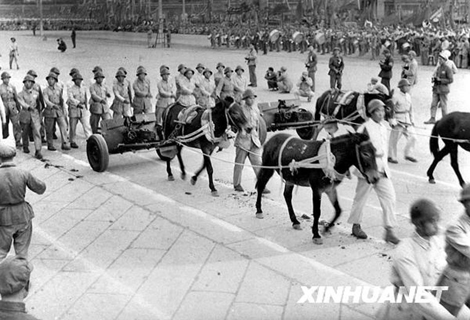 1949年10月1日,受检阅的中国人民解放军山炮部队由骡马拖拽,参加