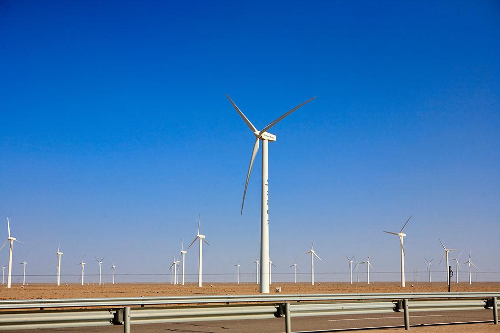 """蓬勃發展的新能源是甘肅經濟的亮點,同時也是甘肅的痛點。甘肅地區棄風限電本是舊聞,但持續惡化的數據卻讓""""舊聞""""不斷成為""""新聞""""。"""