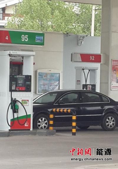 """中新網9月2日電(能源頻道 宋亞芬)9月1日,在國際油價連續大幅反彈的情況下,國內成品油價最終還是迎來瞭預期已久的""""六連跌""""。不過,雖然國際油價的暴漲沒能影響本輪油價走勢,但是卻將對下一輪油價調整產生重要影響。分析認為,在目前的情況下,下一周期國內成品油價出現上漲的可能性較大,""""七連跌""""將難覓蹤影。"""