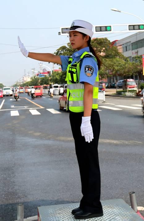 6名女交警街头指挥交通