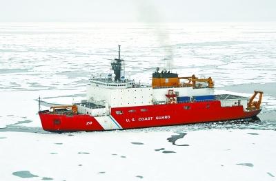 """这张拍摄于2009年8月20日的照片显示美国海岸警卫队""""希利""""号破冰船在北冰洋破冰。"""
