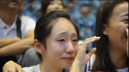 观看_男朋友参加阅兵女孩观看直播流泪-搜狐新闻