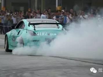 汽车 排气管冒黑烟高清图片