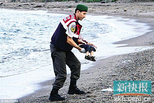 发现3岁小难民的遗体后,一名土耳其海岸警卫队队员将他抱起。