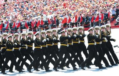 俄罗斯参看方队是外军参看方队中末了一个表态的方队。 新华社记者 王颂 摄